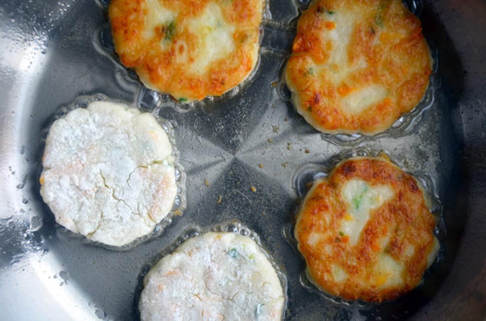 طريقة فطائر بانكيك البطاطس بالجبن