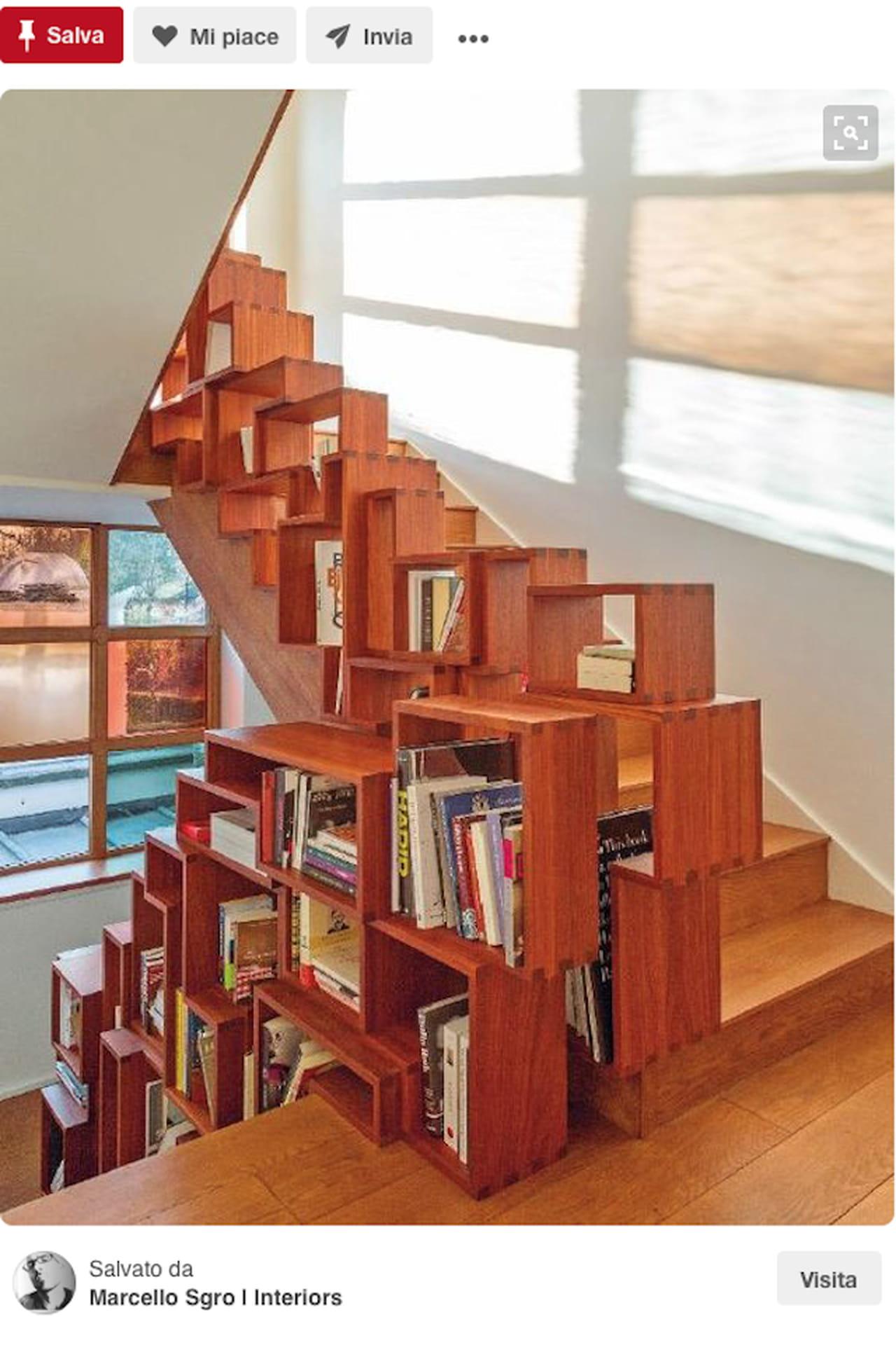 Una libreria lungo la scala con le scatole di legno.