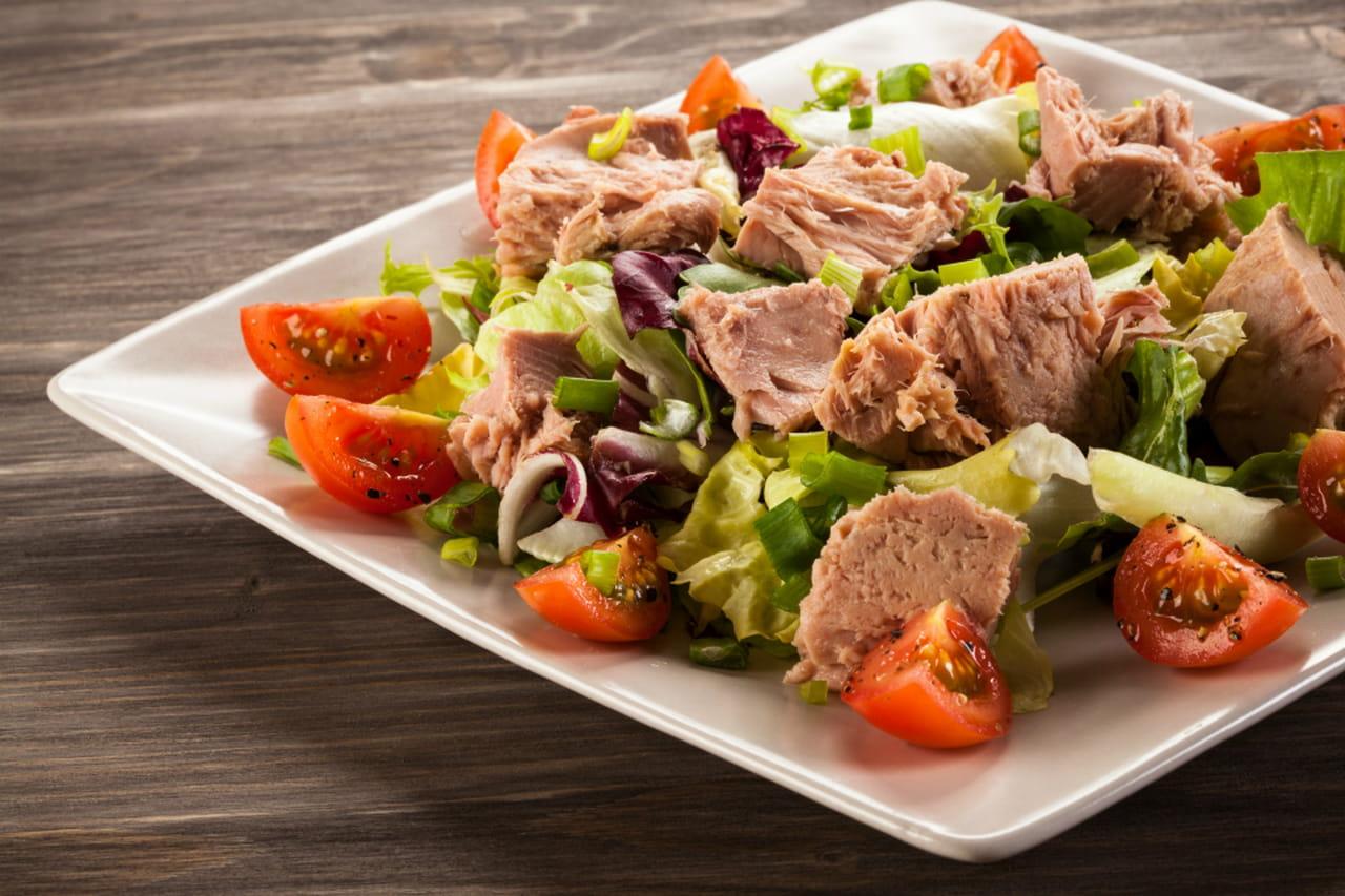 pausa pranzo leggera con linsalata di tonno fresco