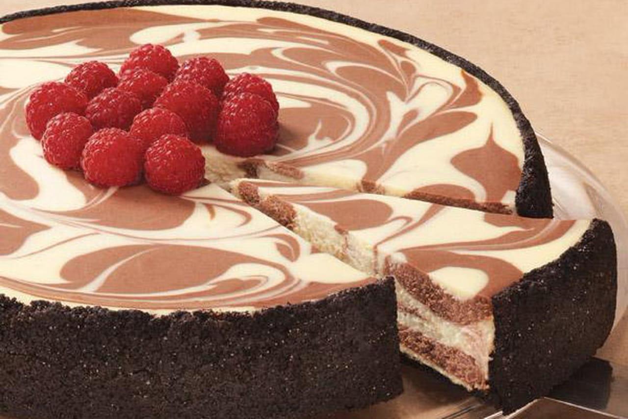 طريقة عمل ماربل تشيز كيك الشوكولاتة والفراولة 880861.jpg