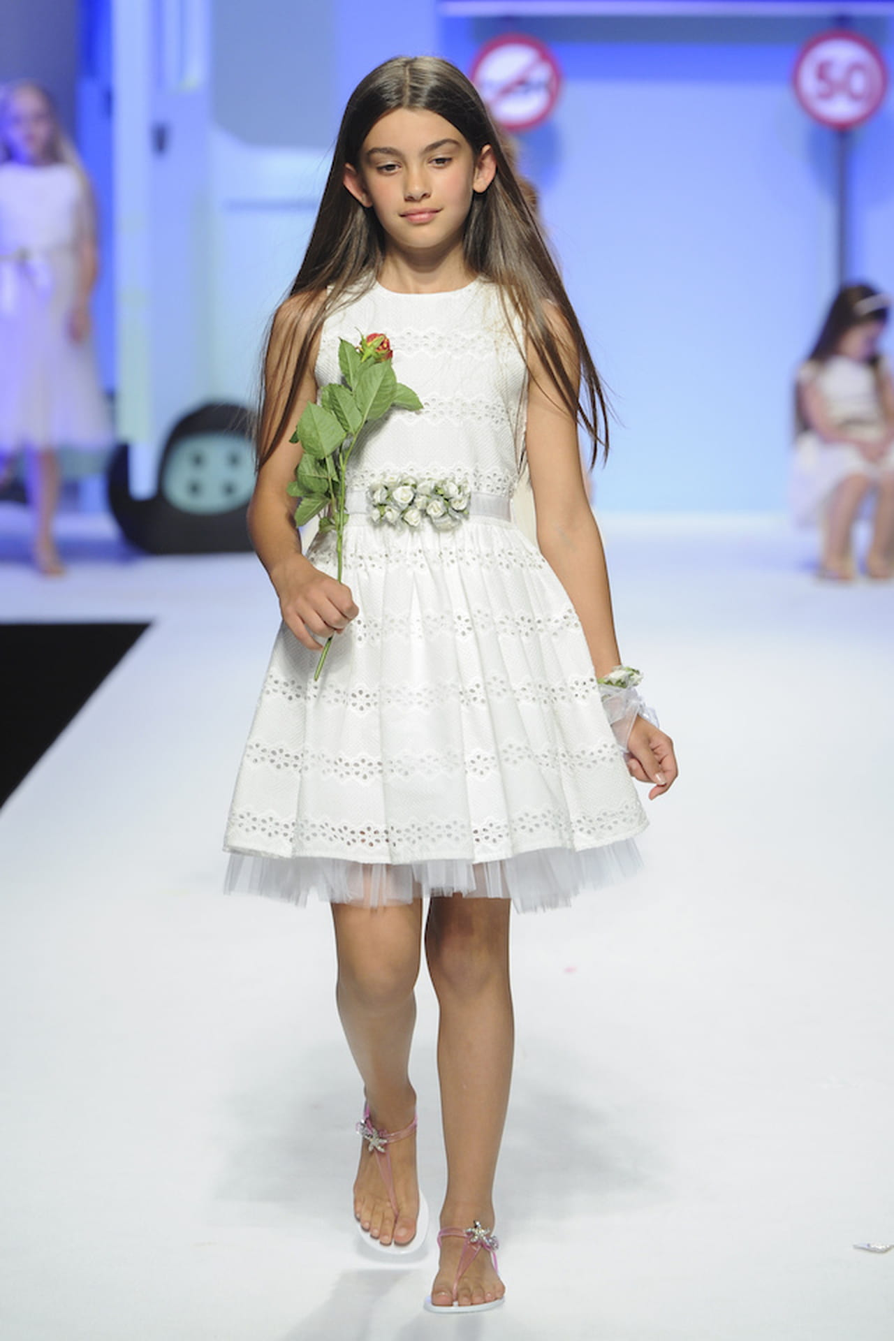 Damigella bambina  dettagli di stile. Il dettaglio floreale sulla cinturina  regala a questo abito da damigella un tocco ricercato e chic. 7ccfaa7c7e8