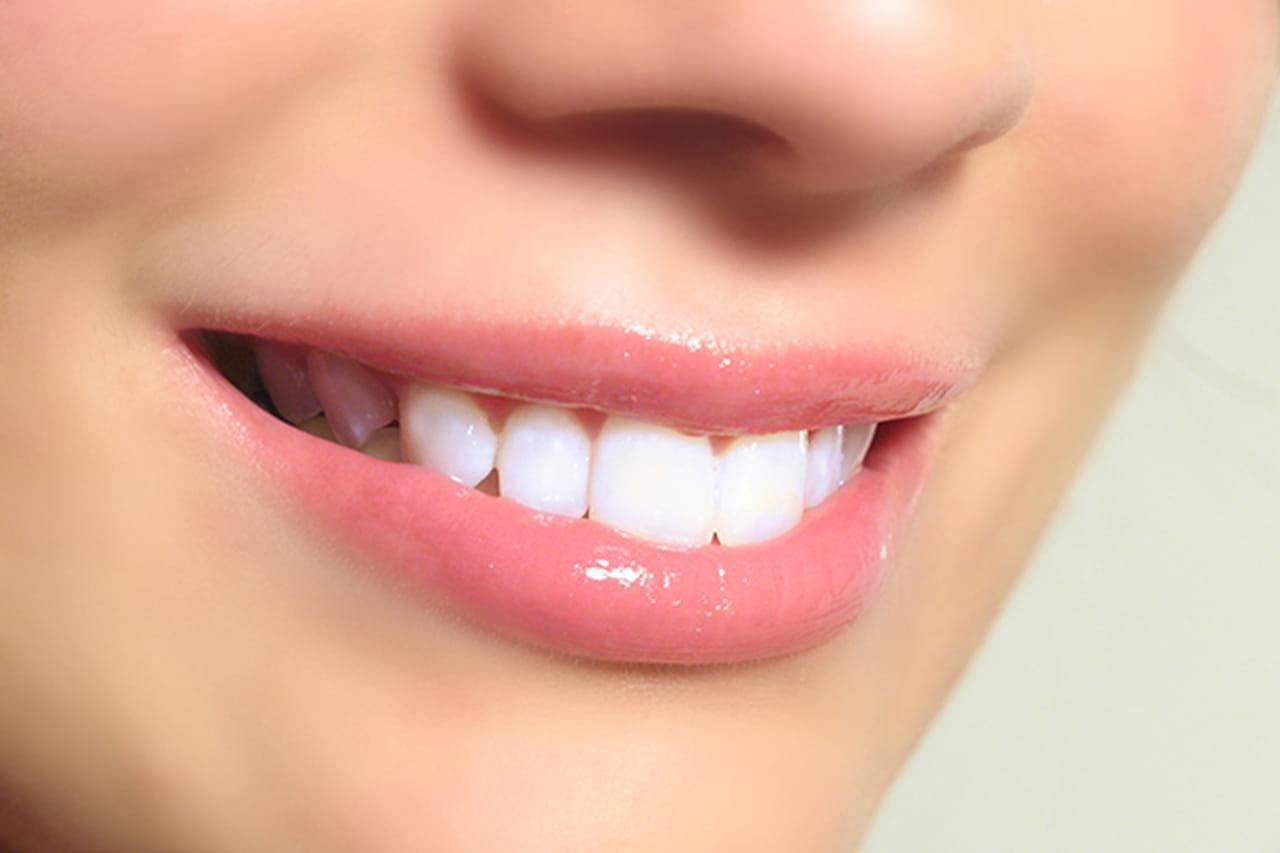 خلطة العسل لأسنان بيضاء كالنجمات 884958.jpg