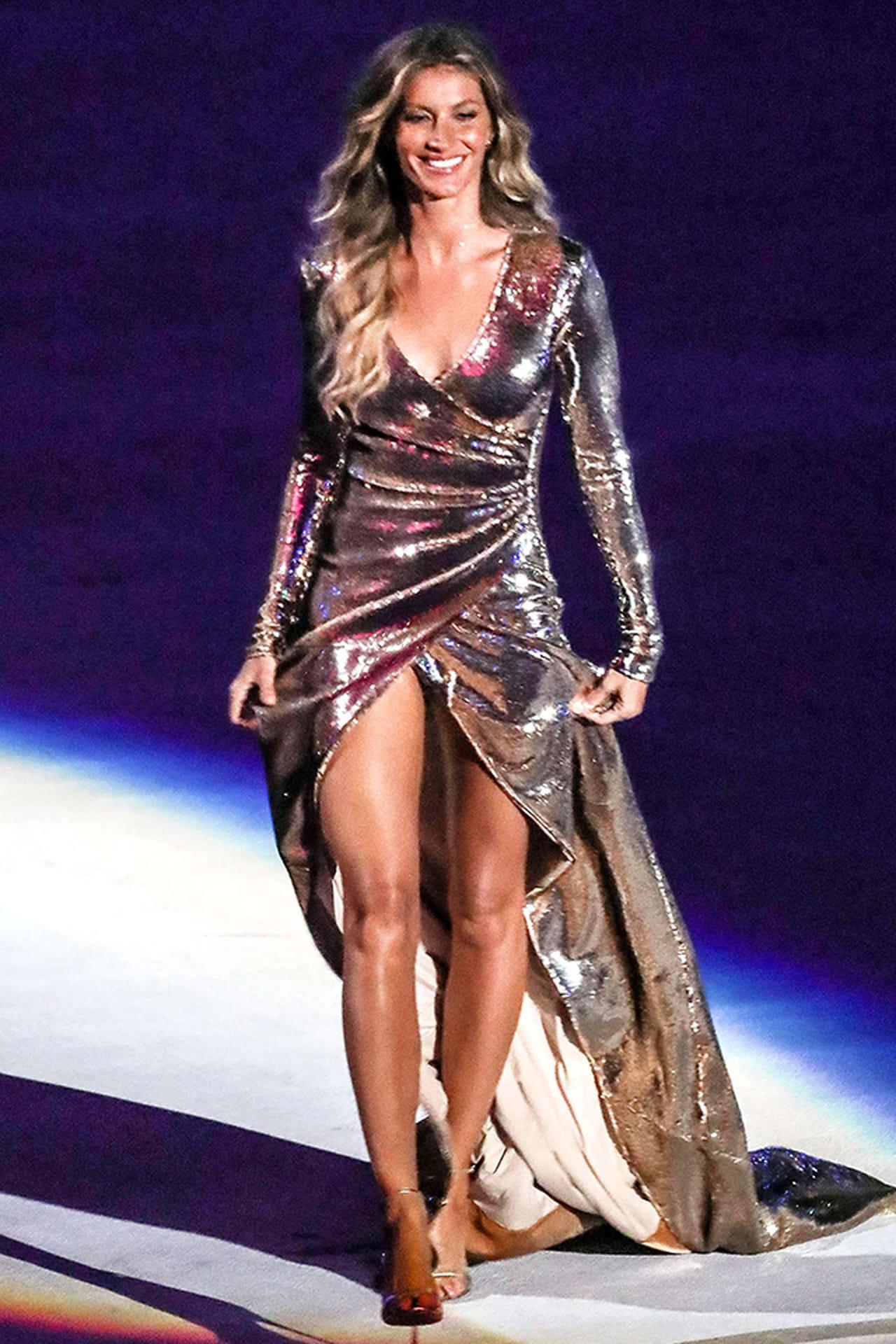 Resultado de imagem para gisele b�ndchen  a fenda do vestido nas olimpiadas