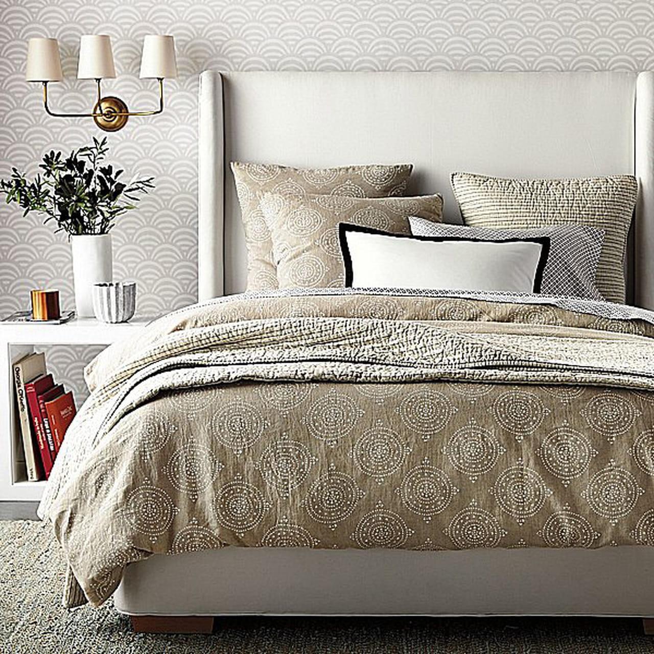 مفروشات دافئة لأجواء خريفية أنيقة في ديكور غرف النوم