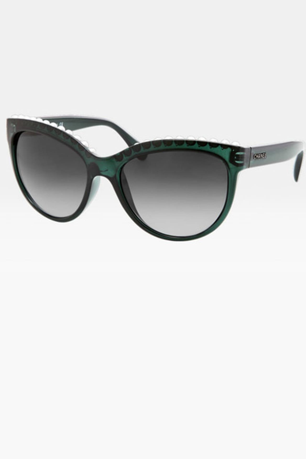 61c29e1d4 نظارة شمسية مزينة باللؤلؤ من Chanel. من مجموعة Chanel لربيع وصيف 2013