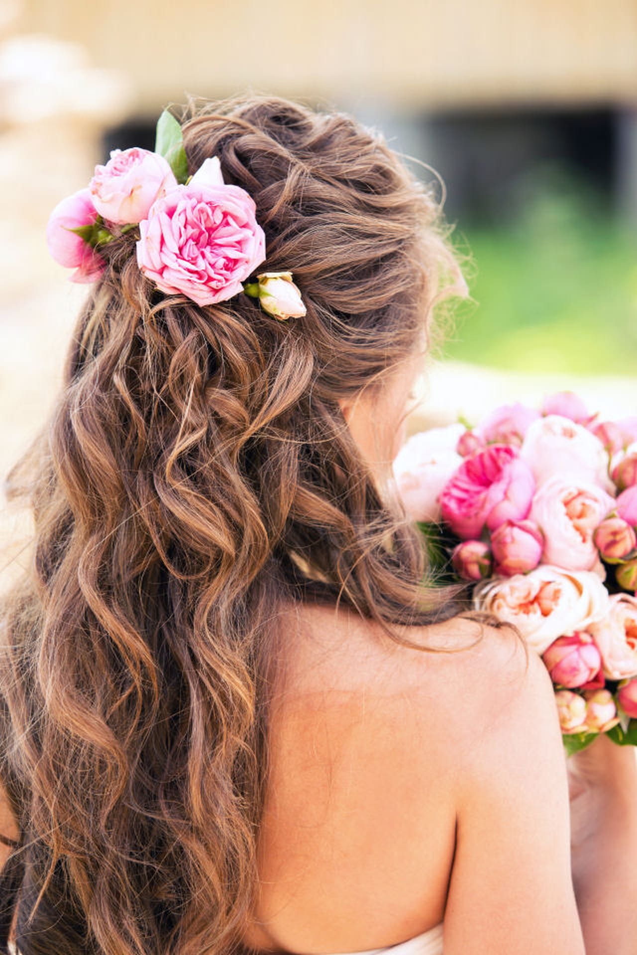 b4fbbf7538be Acconciature con fiori  le idee più belle