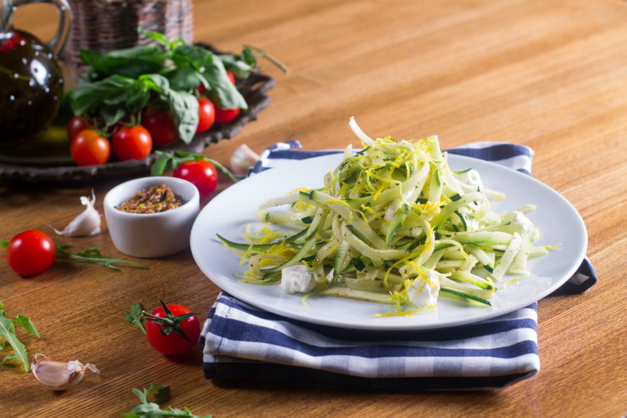 Con lapposito apparecchio si preparano ottimi spaghetti di zucchine.