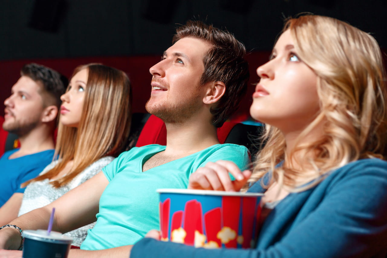 Cinema hart napoli i film si guardano su letti e divani for Letti e divani