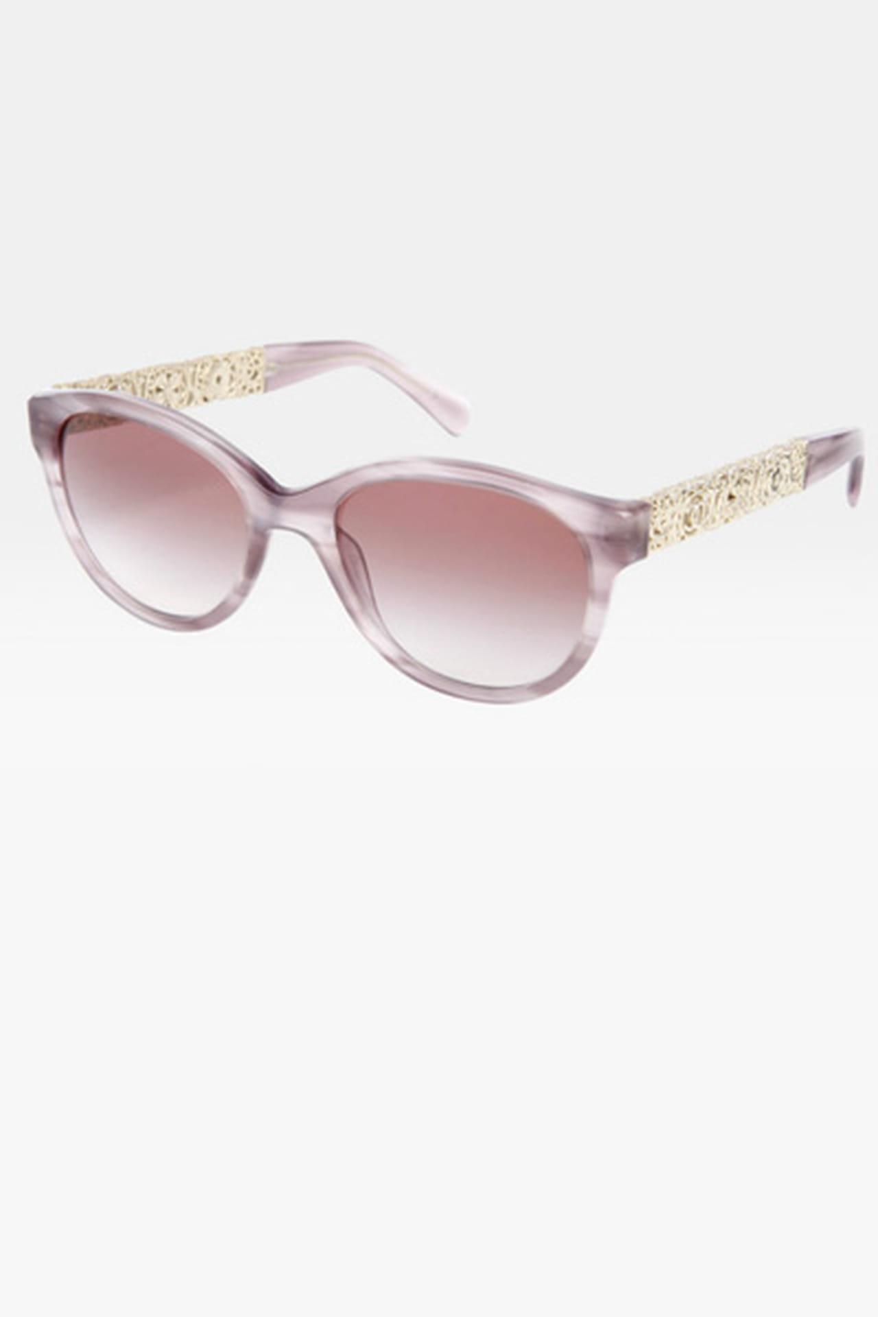 a67d54ddb نظارة شمسية مزينة بزخرفة ذهبية من Chanel. من مجموعة Chanel لربيع وصيف 2013