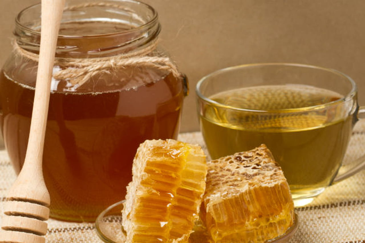 مشروب العسل والماء اكسير الحياة 881960.jpg