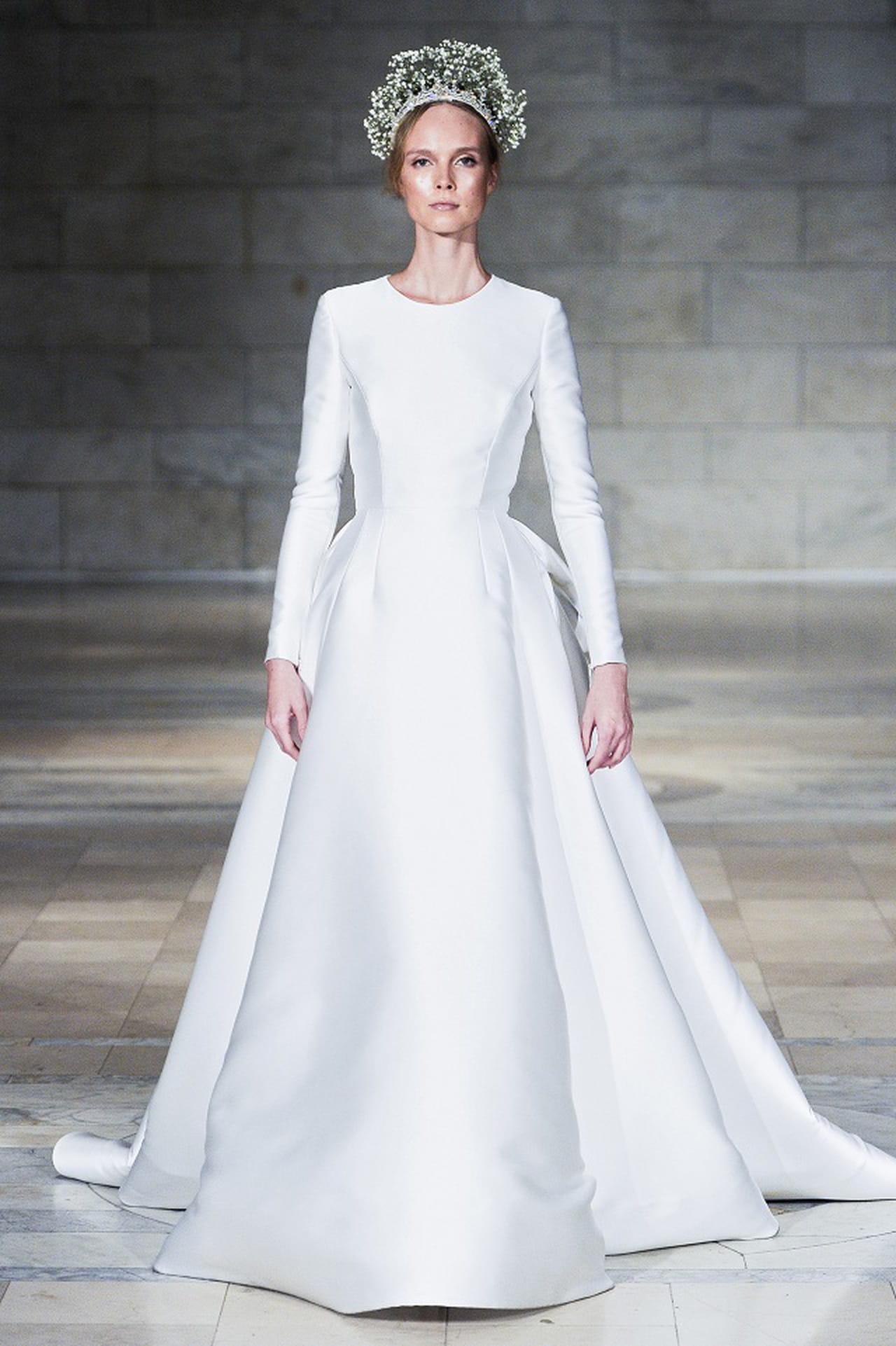 60bab6b02 فستان الافتتاحية في مجموعة زفاف ريم عكرا خريف 2018