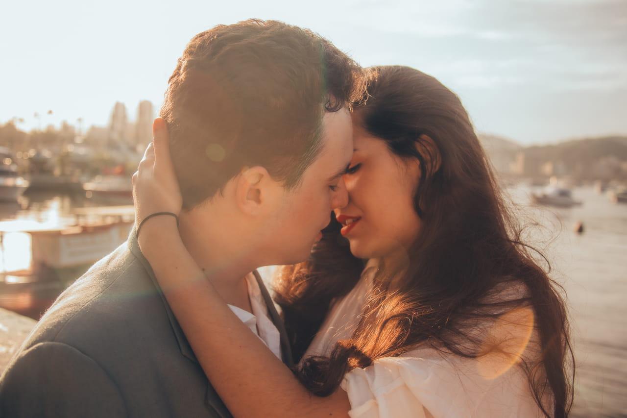 5ba0e6b21a03c من أبرز العوامل في تعزيز صحة وسلامة الحياة الزوجية هي ممارسة العلاقة  الحميمة بانتظام و التواصل مع الآخر.