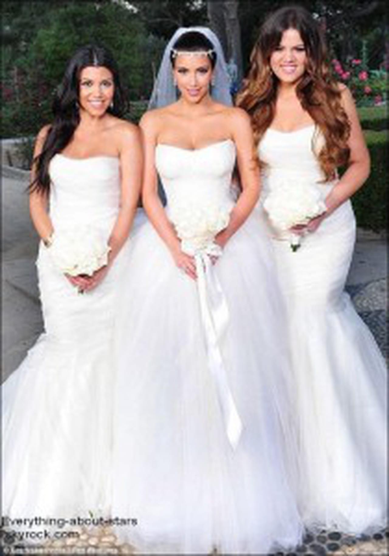Après les voeux de bonheur, le couple est parti dans une réception , Kim a changé de robe pour une mini,robe Balmain !