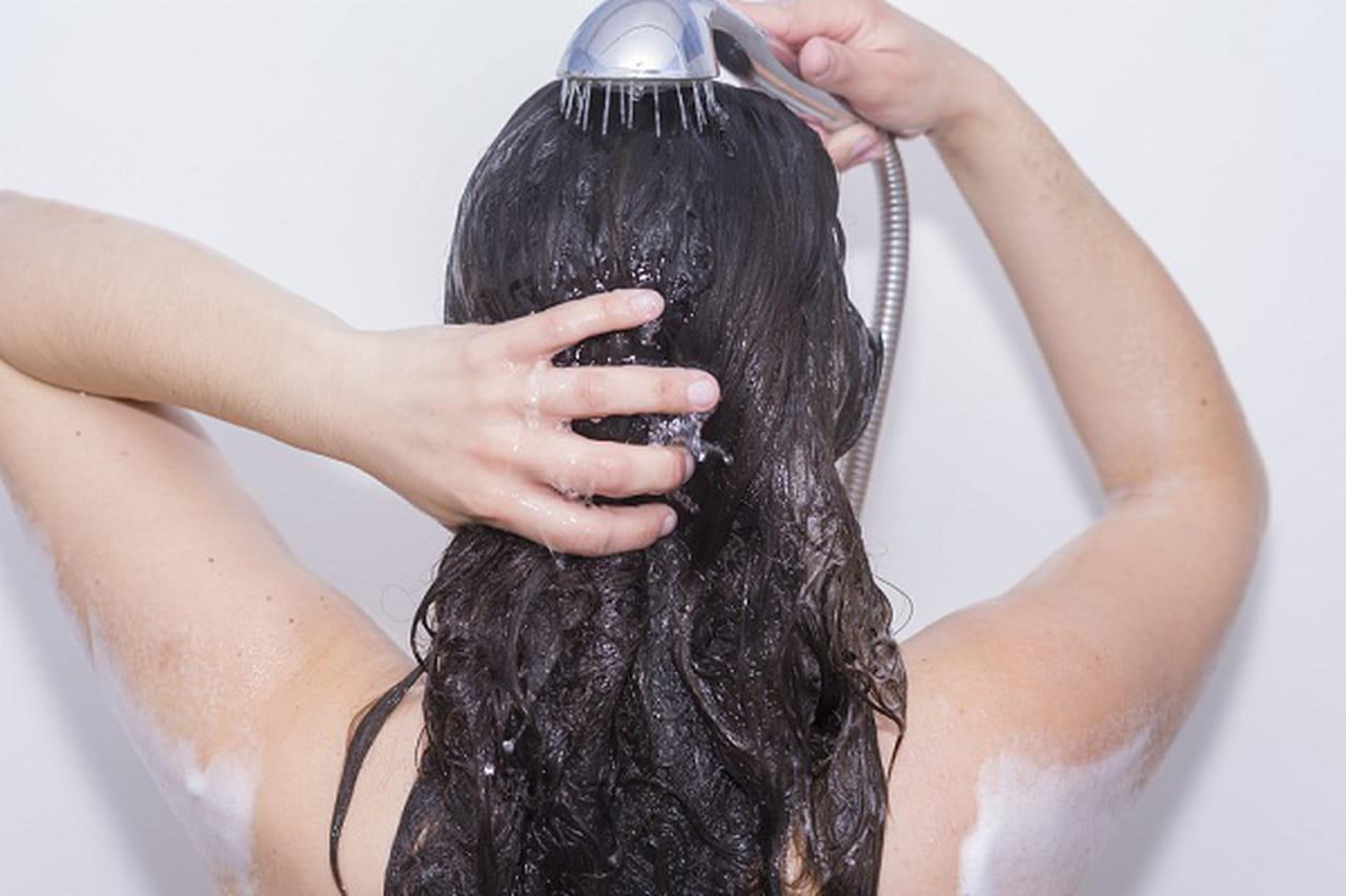 4 خطوات من الخبراء لغسل الشعر بطريقة صحيحة 883663.jpg