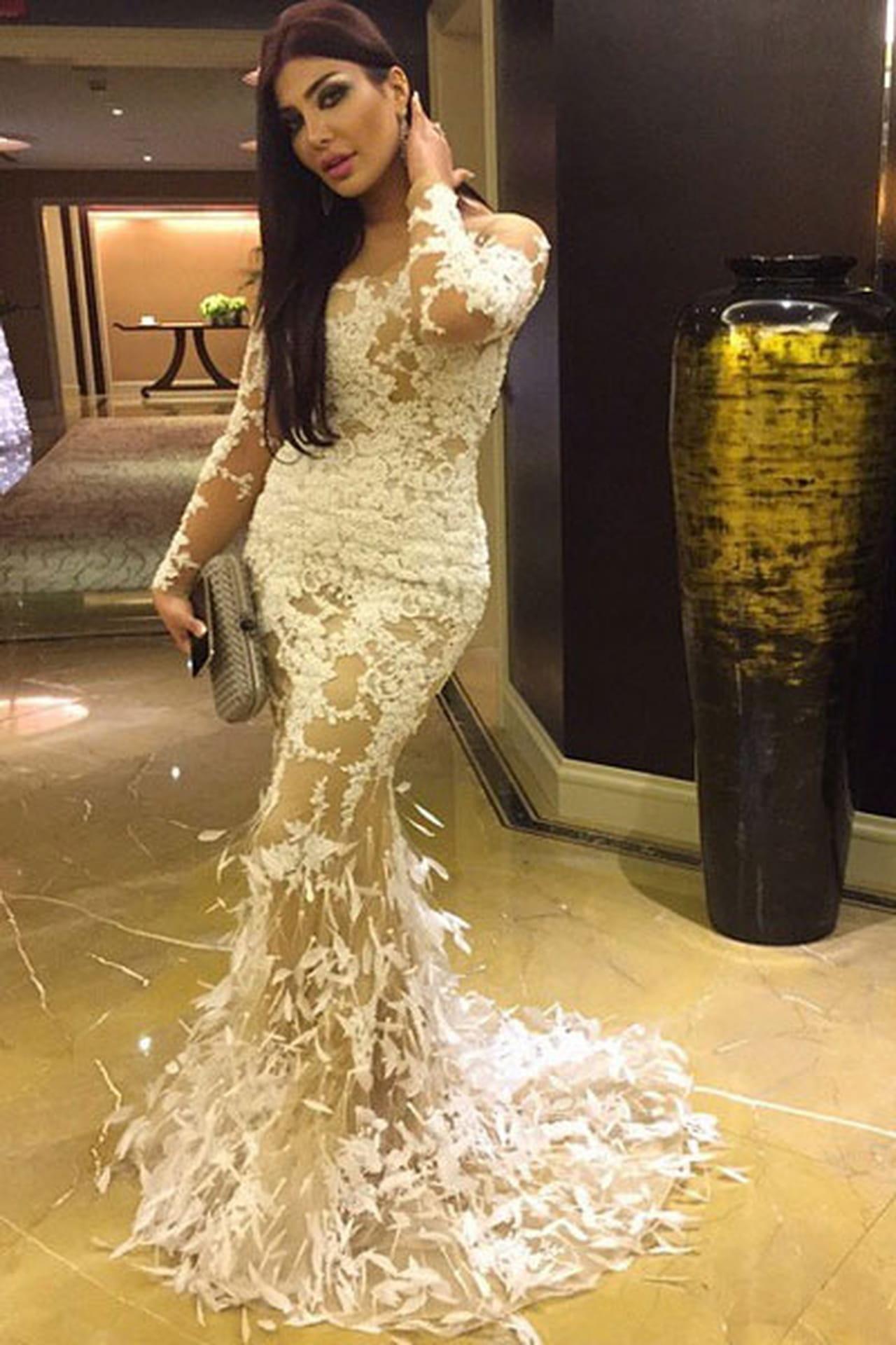 4739f7664 بدت الفنانة الخليجية أمل العوضي فاتنة بفستان أبيض أبرز إنحناءات جسمها من توقيع  يوسف الجسمي.