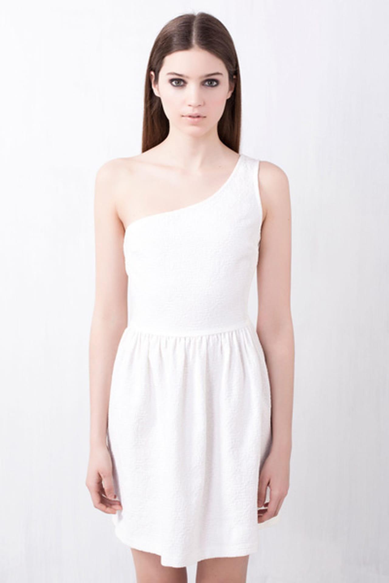 50fdc8b24af10 فستان بكمٍ واحد من Pull and Bear. فستان أبيض من Pull and Bear. من موضة صيف  2013