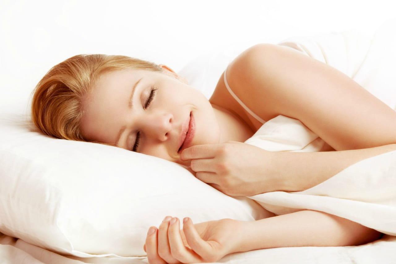 Cuscino per cervicale come si usa for Posizione corretta per dormire