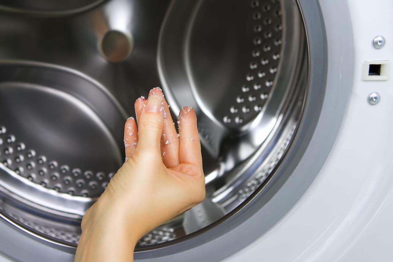 Come pulire la lavatrice: aceto e bicarbonato per igiene profumata