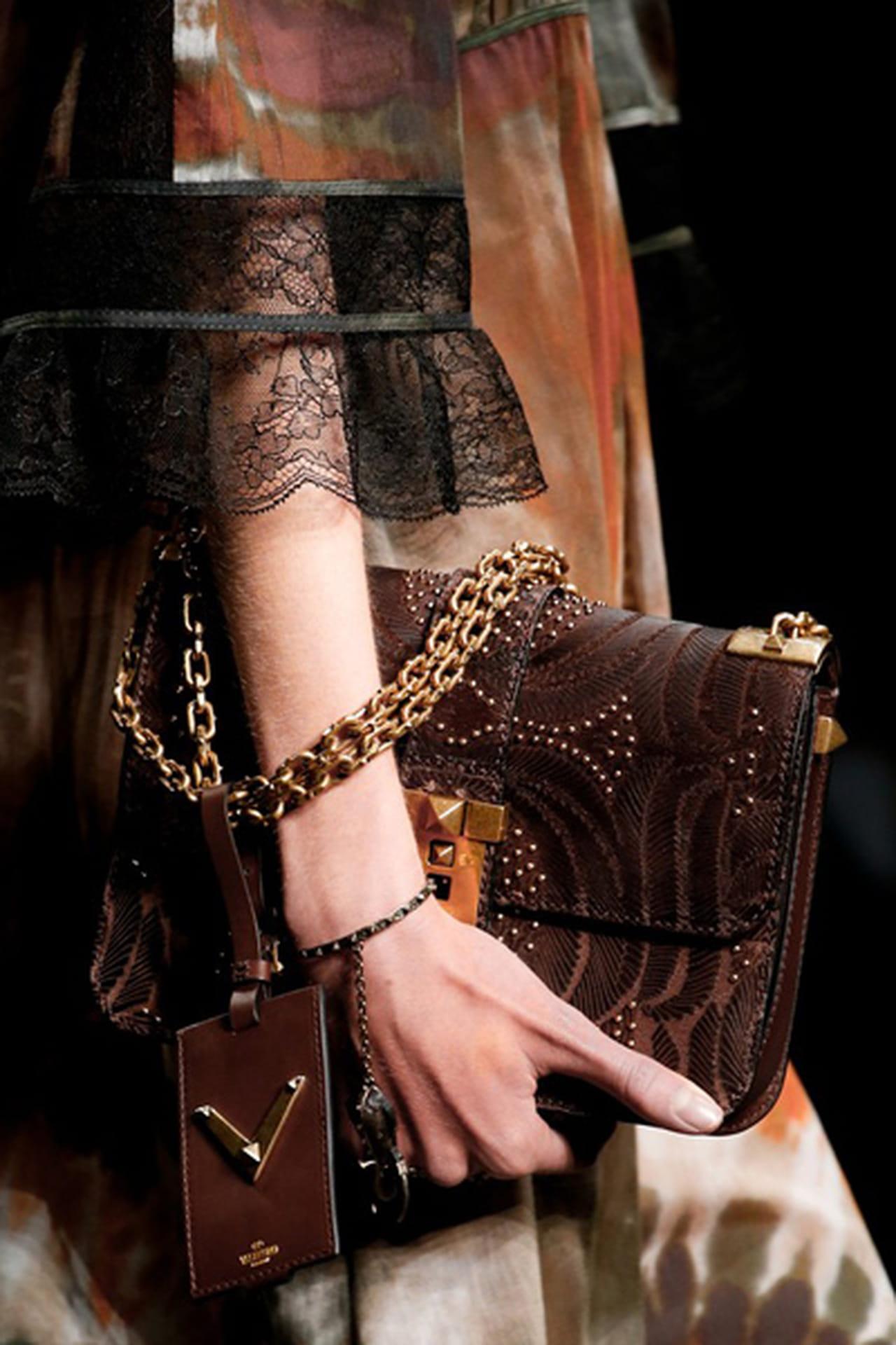e9832021b7caa ... كل إمرأة ترى في حقيبة يدها أكسسواراً أساسياً يضيف الكثير لإطلالاتها في  مختلف المناسبات، لذلك تحرص دوماً على تقديم تصاميم تمزج بين الفخامة والعملية  والتي ...