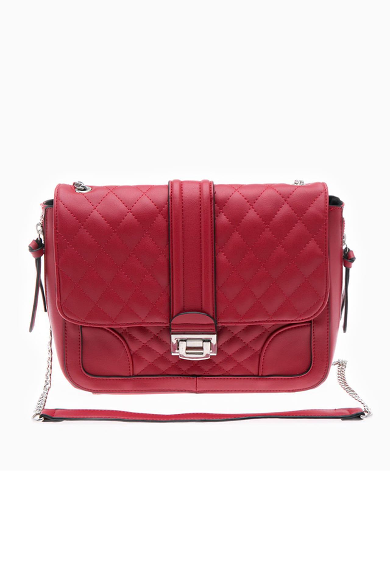 9456522707cf5 في الصورة شنطة دلو مزودة بحزام طويل من توقيع كالفن كلاين Calvin Klein.