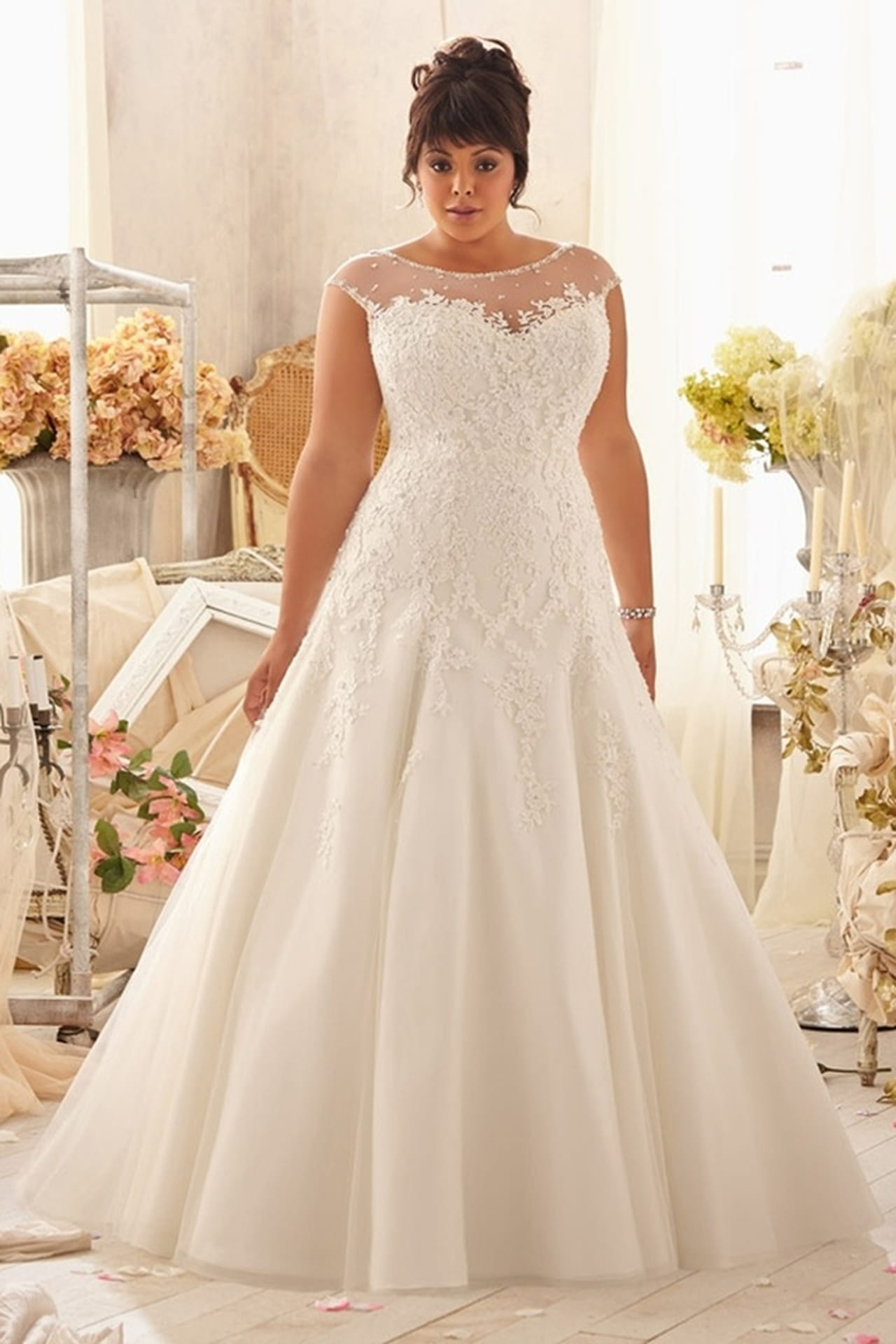bff07cc0094a Modelo de vestido de noiva plus size da estilista Madeline Gardner.