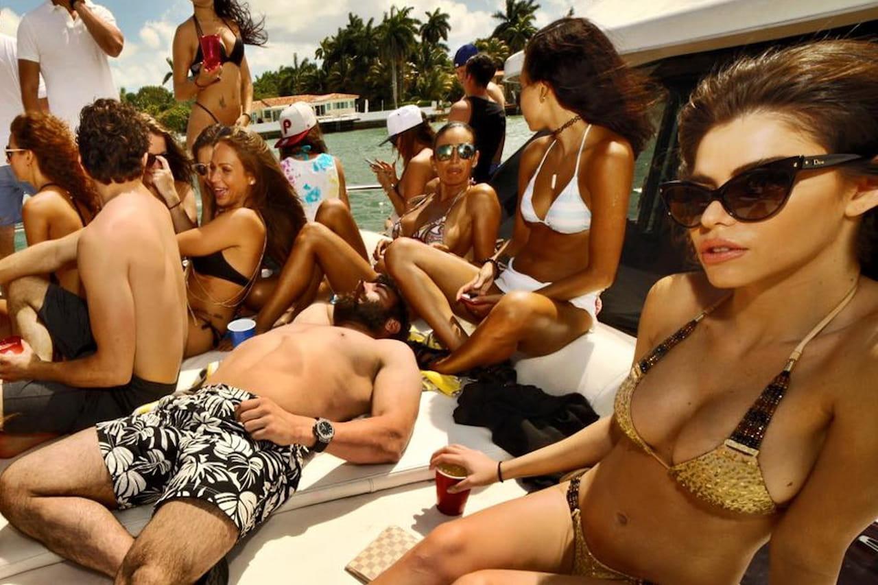 huge selection of d03da 5bf53 Dan Bilzerian conquista la Versilia tra poker e ragazze hot