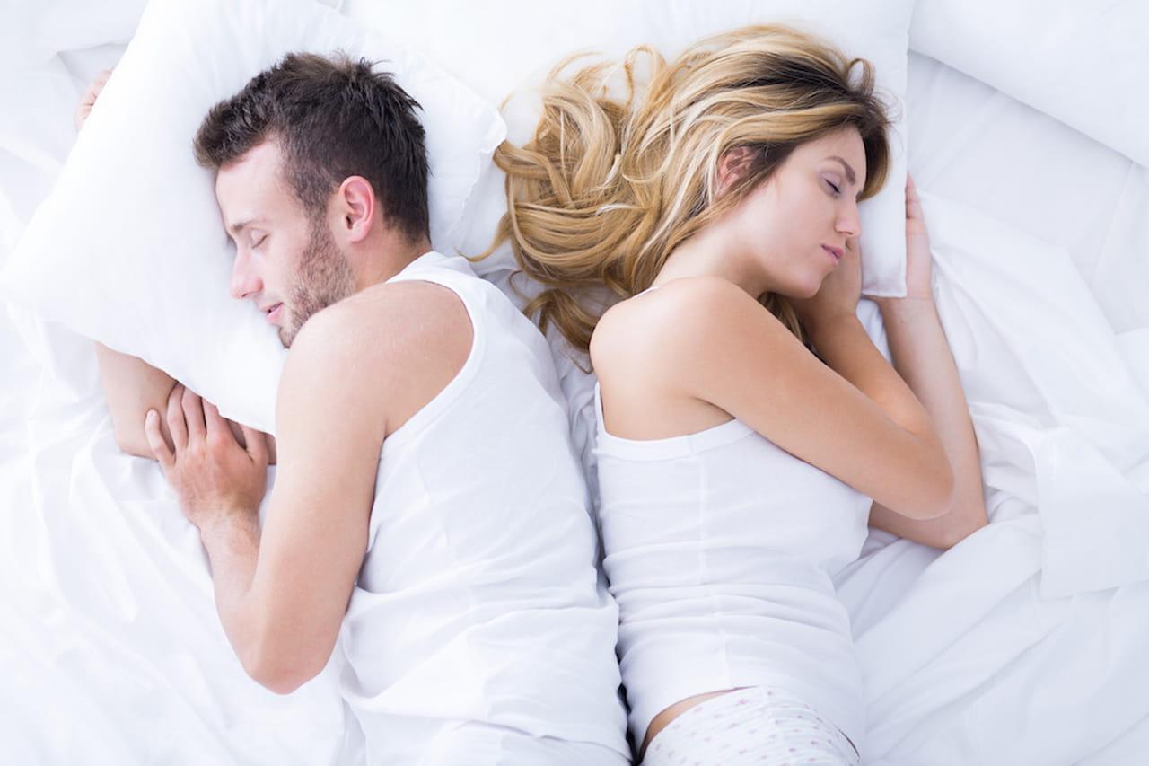 Posizioni a letto come dormite rivela che aria tira - Posizioni a letto per lei ...