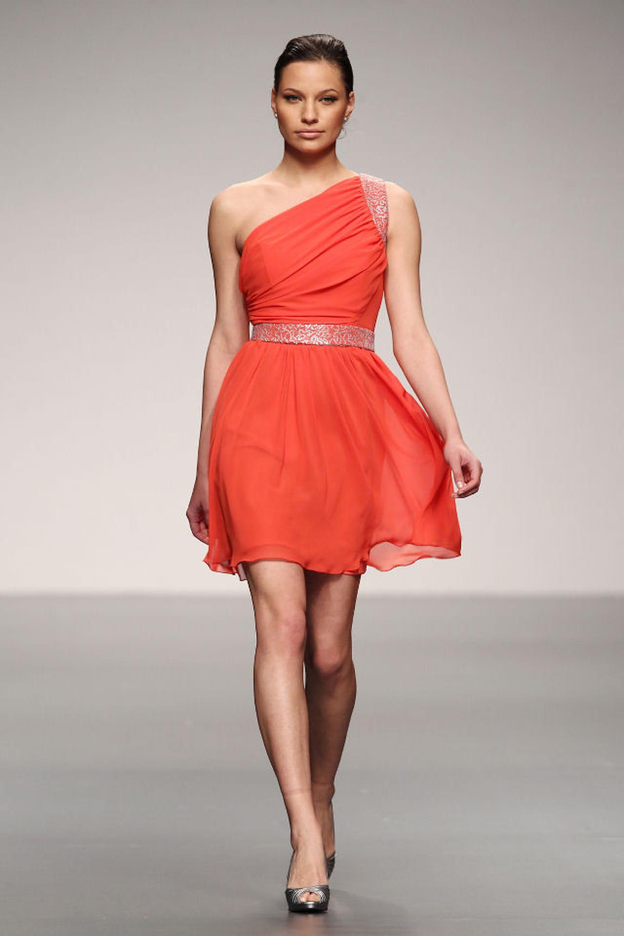 b6fce7e9cee5 Tra le idee per testimoni e damigelle c è l abito corto nella tonalità  accesa del rosso corallo.