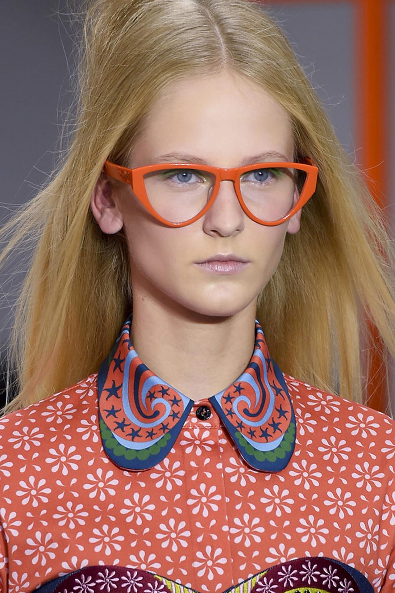 Óculos puxadinho e colorido no desfile de Holly Fulton Verão 2016. c692bbb4fe