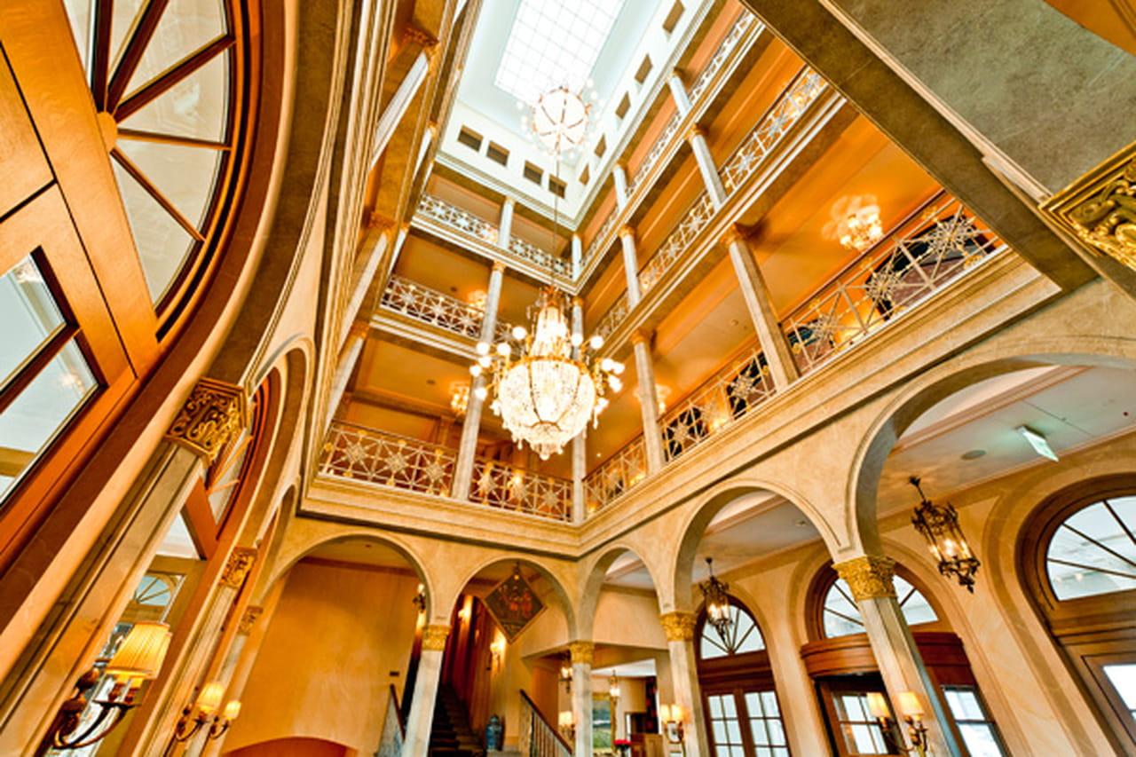 يعتبر الفندق أحد أقدم فنادق المدينة في