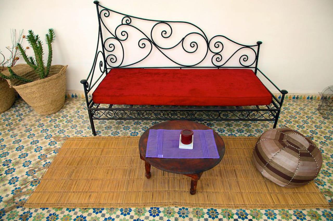 Letto alla turca: divano di giorno, giaciglio di notte