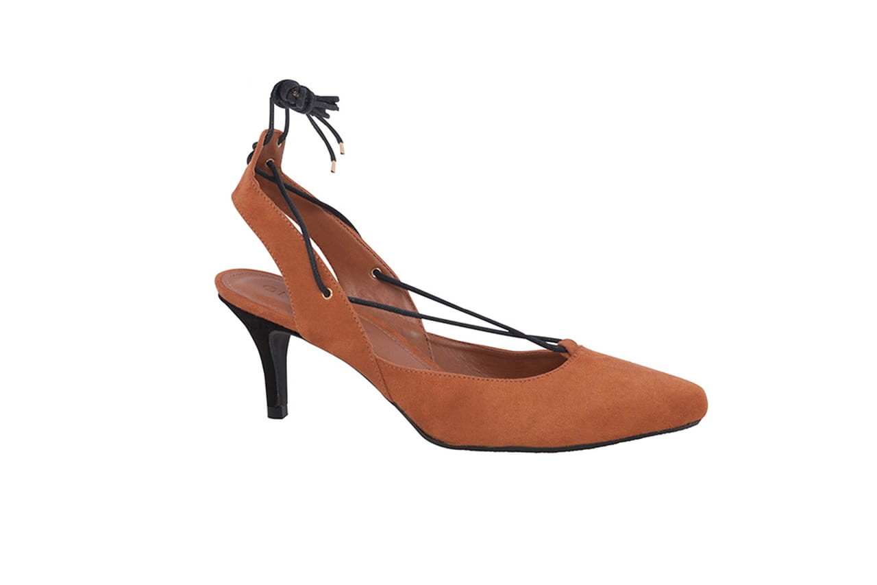 757e09ce0a Sapato com amarração da C A. Versão repaginada do tradicional sapato Chanel  ...