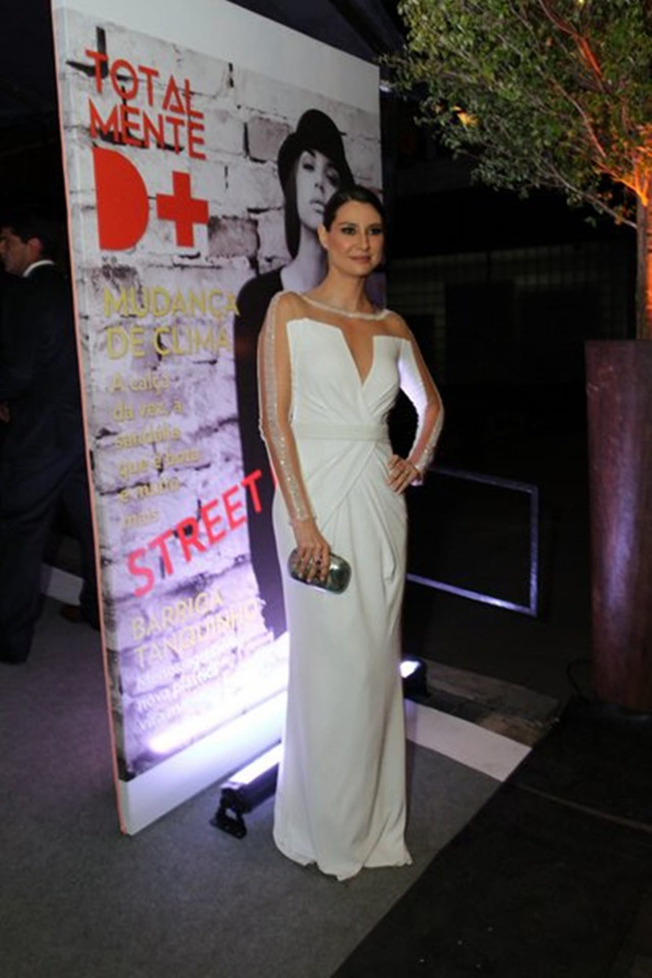 A atriz Lavínia Vlasak escolheu um vestido longo branco para prestigiar o  lançamento da nova novela. 4e567a2aab