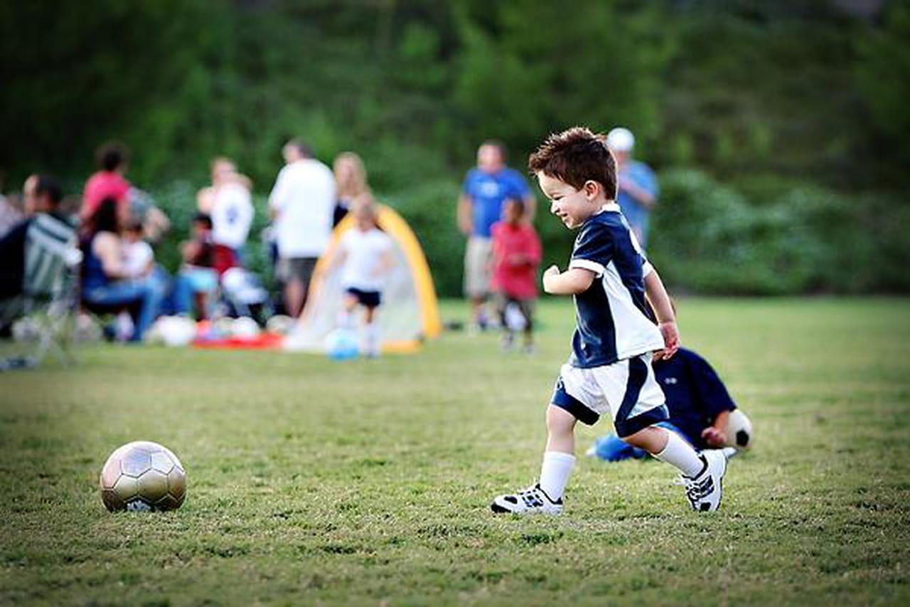 كيف تساعدين طفلك على التفوق في رياضته المفضلة؟  825562
