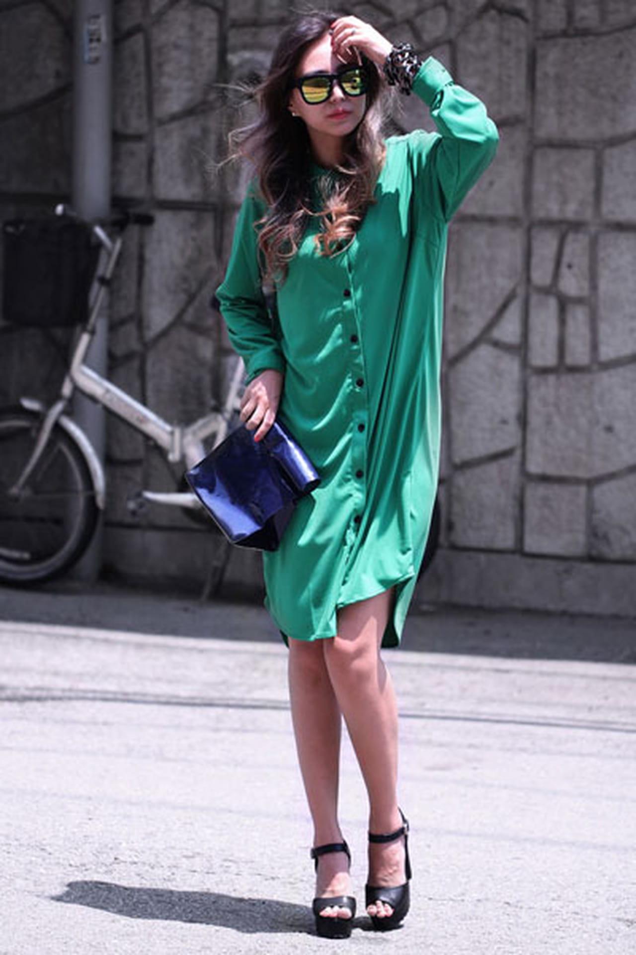 f168b7587fdef القميص الأخضر لطلة نهارية جذابة، يمكن أن ترتدي معه حقيبة وحذاء باللون  الأسود أو باللون الأزرق الغامق.