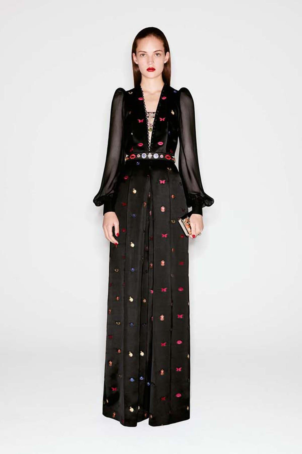 c5240502c فستان أسود بأكمام من الشيفون وياقة على شكل حرف V من توقيع ألكسندر ماكوين  Alexander McQueen.