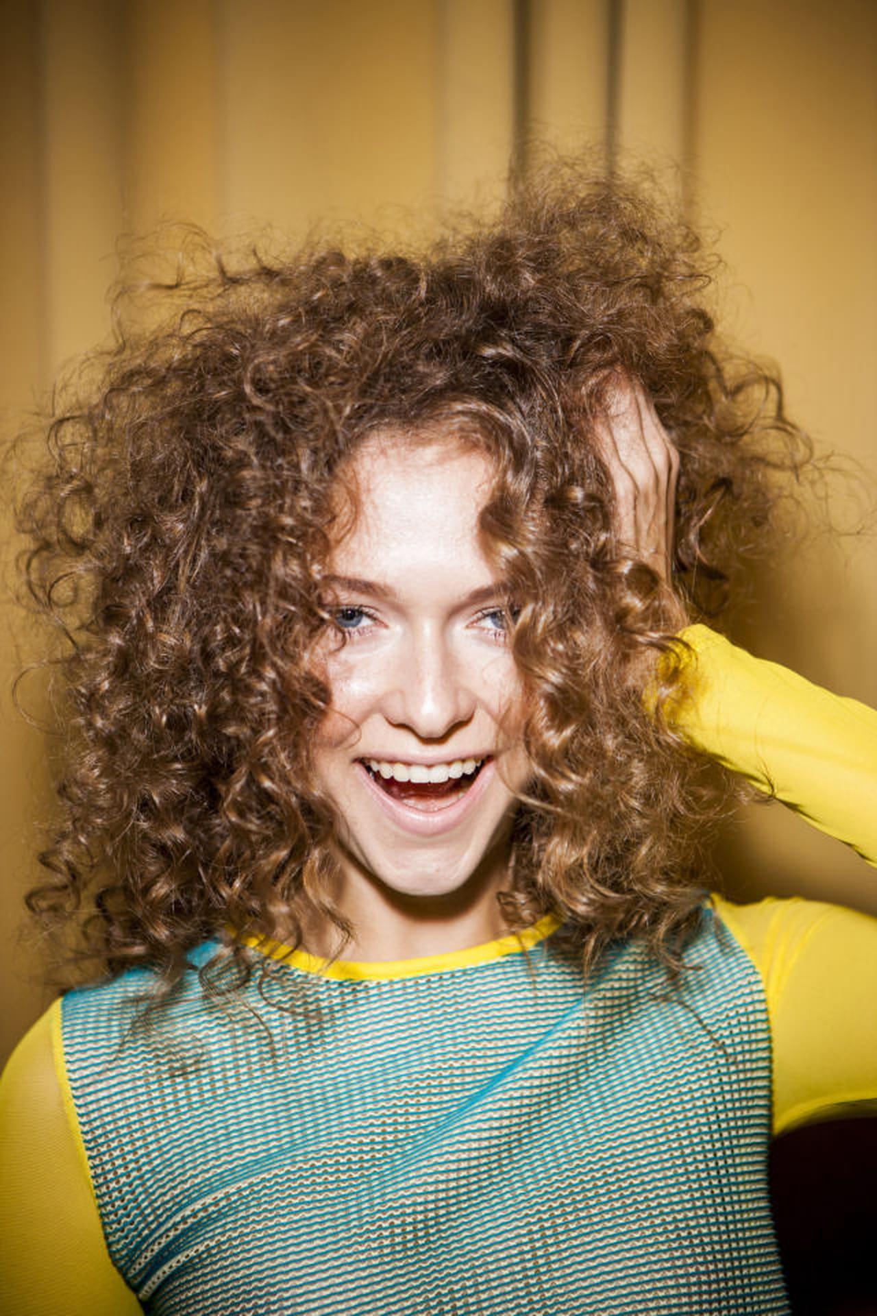 Acconciature capelli corti tirati da un lato