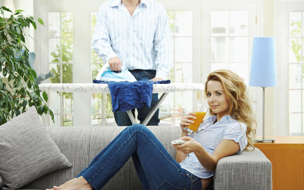 Uomini come convincerli a fare i lavori domestici - Coppia di amatori che scopano sul divano ...