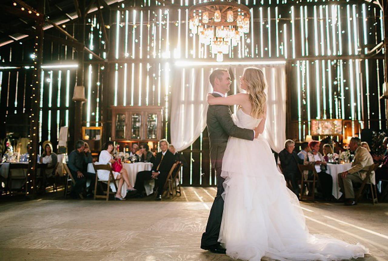 7eaae2fd3bab0 دائماً ما تظل رقصات الزفاف في ذاكرة العروسين واحدة من أهم لحظات العرس.  الكثير من النساء يفضّلن الرقص على مقطوعات موسيقية كلاسيكية و البعض يفضّل  اختيار ...