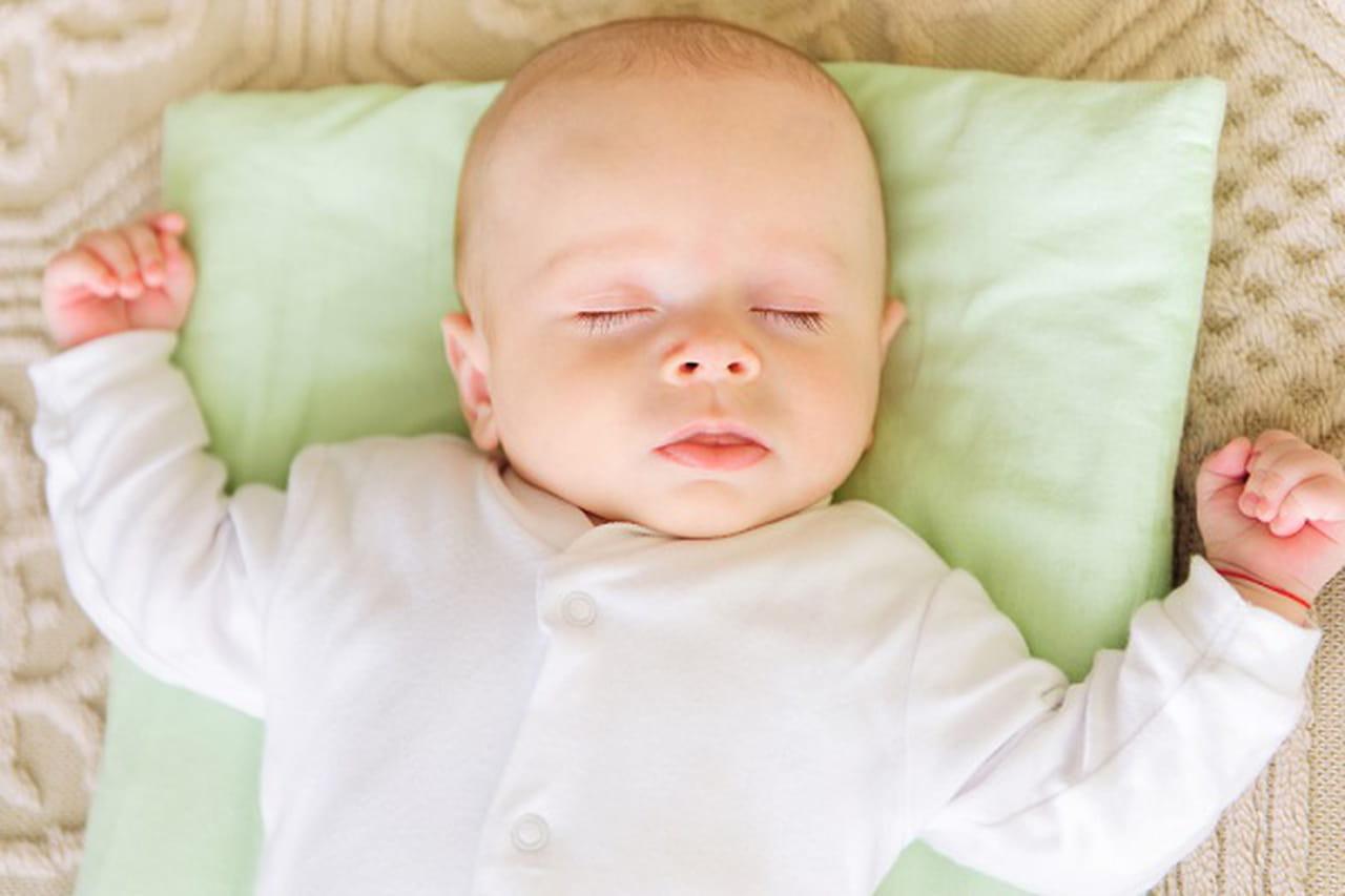 إرشادات حول عدد ساعات نوم الطفل حديث الولادة  810633