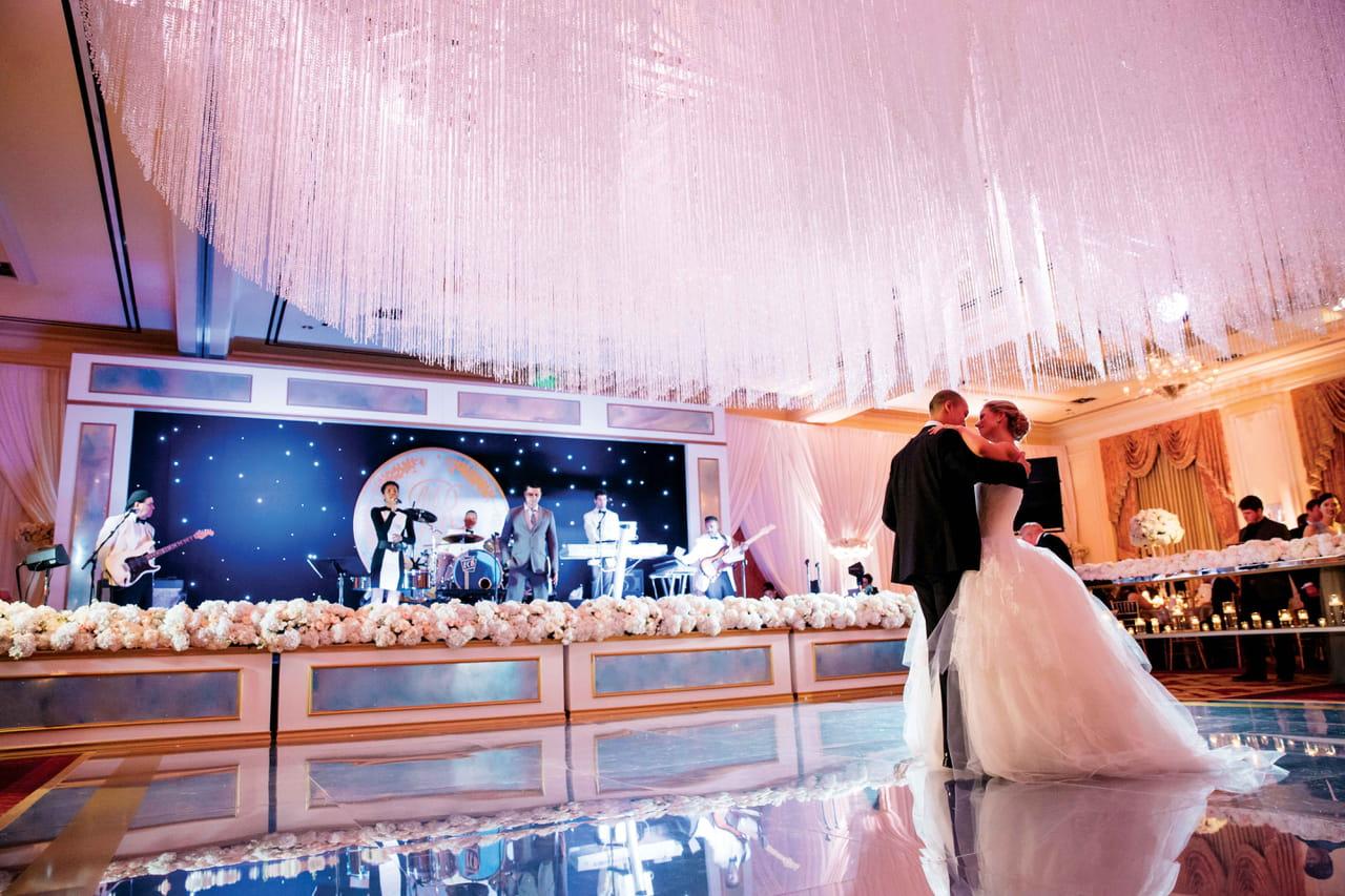 acae5ee4b تُعطي العروس إهتمام كبير لفستان زفافها، مجوهراتها و تسريحة شعرها. كذلك فإن  اختيار أغاني العرس من الأمور التي يجب أن تُولي لها العروس اهتماماً كبيراً!