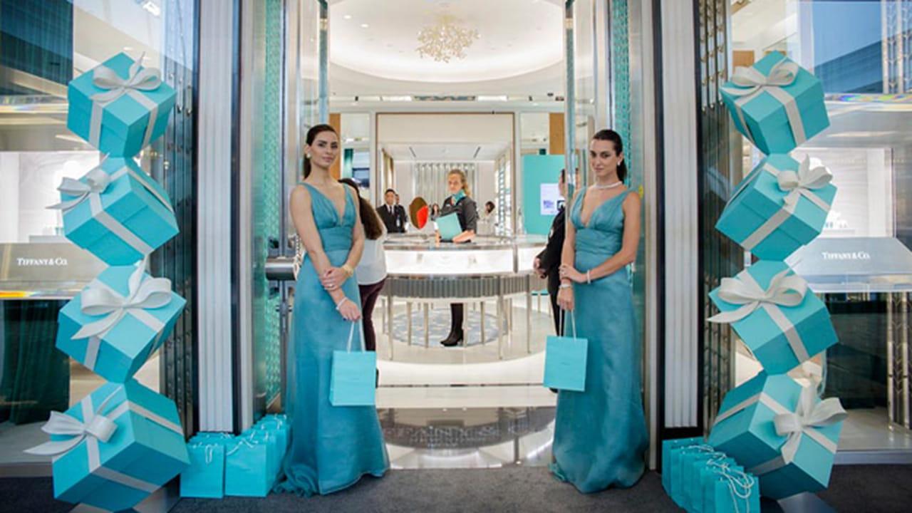 19f847b2f احتفلت ماركة Tiffany & Co تيفاني اند كو مؤكراً بانتقاله إلى متجر جديد في  مدينة دبي، والذي حصل في المكان الأكثر فخامةً في هذه المدينة:
