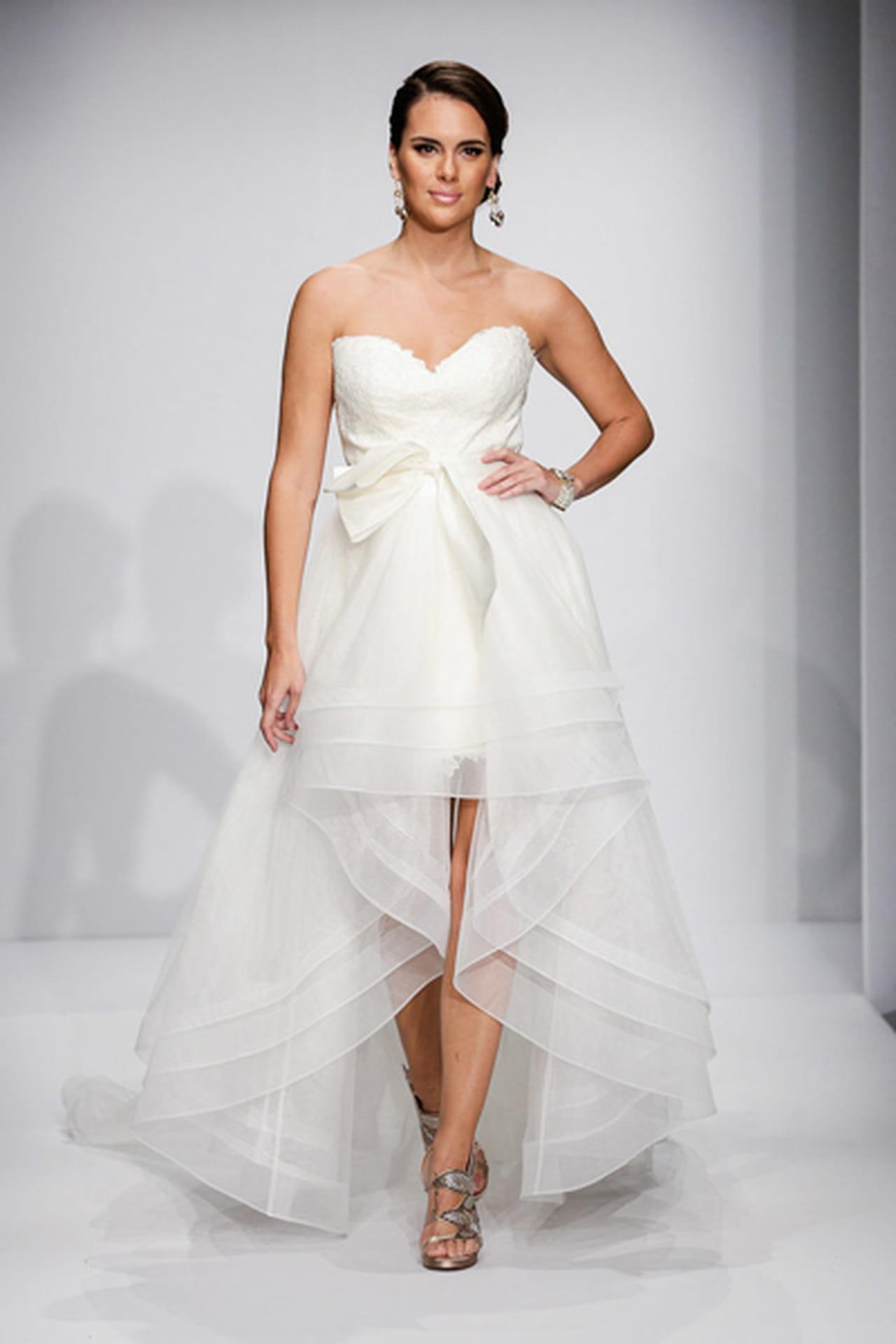 2e18e273d تصاميم مذهلة للفساتين القصيرة لعروس فاتنة! الفستان من Matthew Christopher.