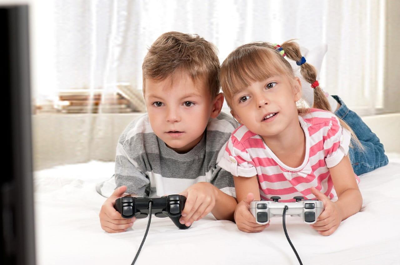 Image result for صور لطفل يلعب  العاب فيديو