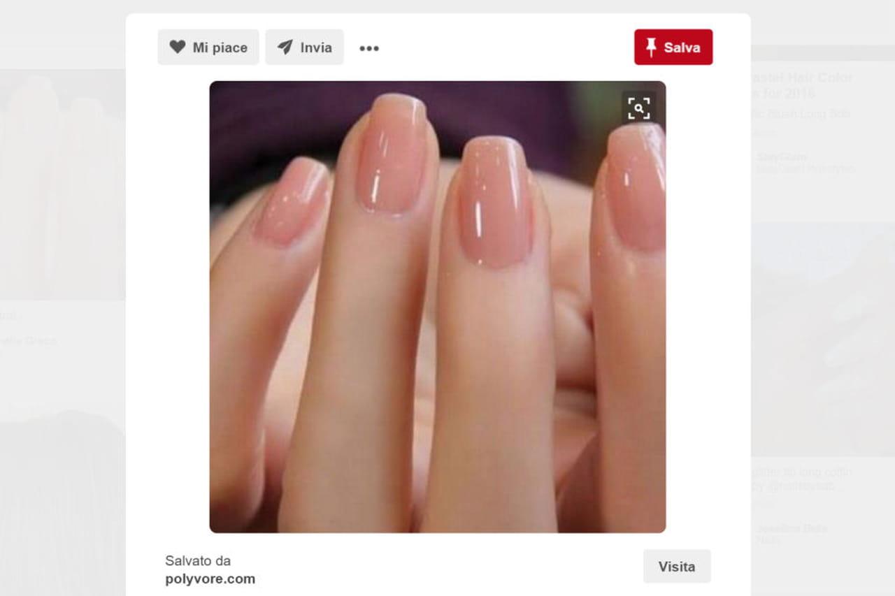 3d846622aaac Lo smalto nude rende la manicure delicata e perfetta per le nozze.