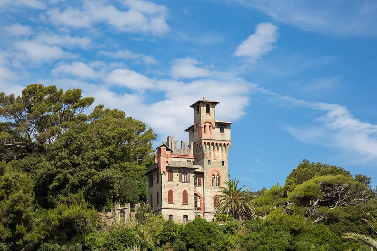Le ville dei sogni a picco sul mare con piscina cercano for Case in stile castello francese