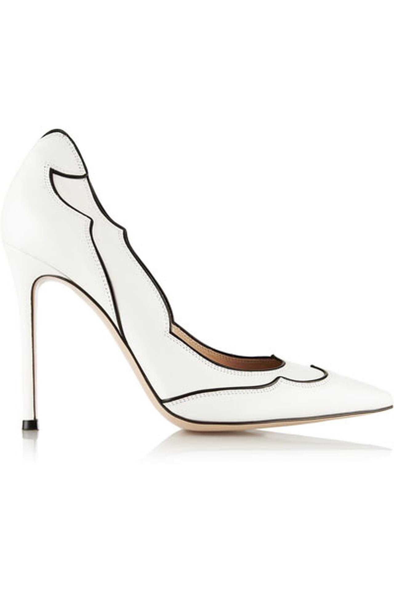 a44a9cc1e حذاء رقيق باللون الأبيض مزين في أطرافه بالأسود من جيانفيتو روسي Gianvito  Rossi.