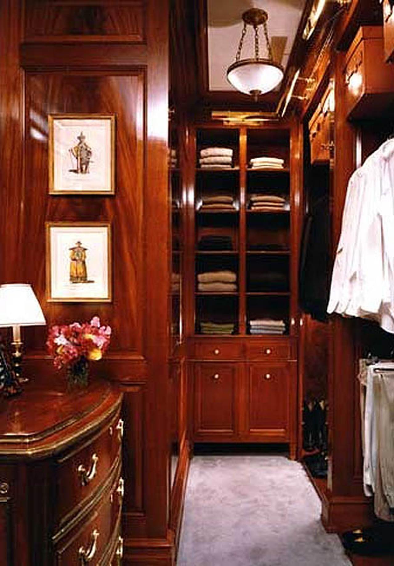 الأناقة المترفة في غرف الملابس لعشاق الفخامة
