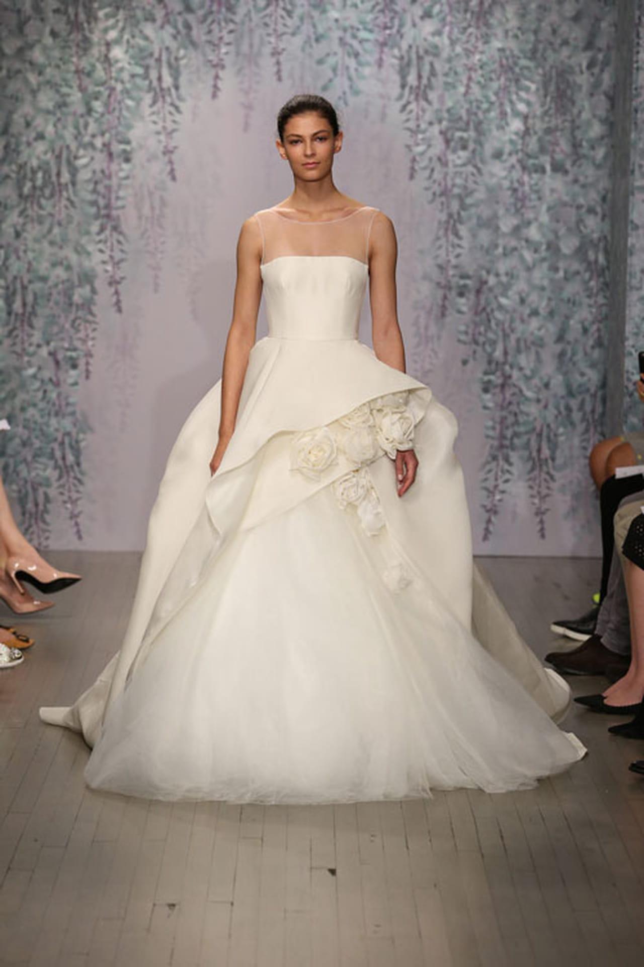 الورود تعانق فساتين زفاف مونيك