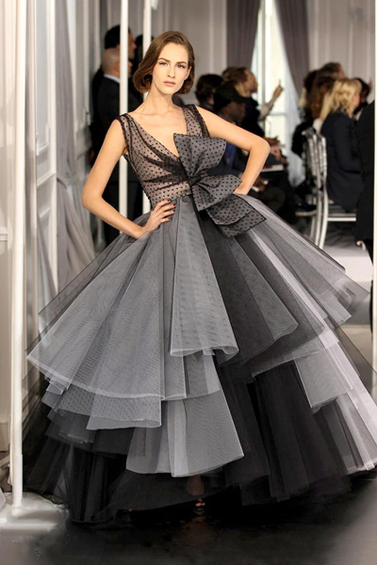 6462b36d2 فستان منفوش بدرجات الأسود والرمادي مزين بفيونكة كبيرة من ديور Dior. الفساتين  ...